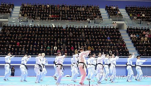 El equipo surcoreano de demostración de taekwondo realiza una actuación en el Pabellón de Taekwondo en Corea del Norte, el 1 de abril de 2018. (Foto cortesía de la federación Taekwondo Mundial)