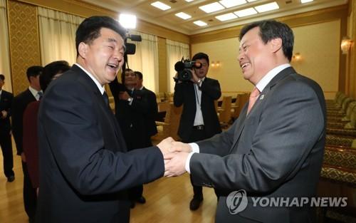 악수하는 도종환 장관과 김일국 체육상