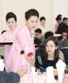 朝鲜服务员为徐玄端菜