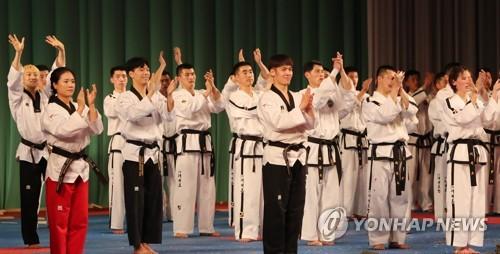 El equipo de demostración de taekwondo de Corea del Sur y Corea del Norte saluda al público, el 2 de abril de 2018, tras realizar una actuación conjunta en Pyongyang.