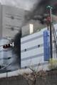 パネル工場の建設現場で火事