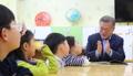 大統領が学童の先生に