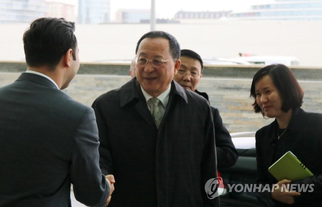 밝은 표정의 리용호 북한 외무상
