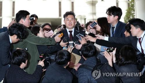 判決公判後、報道陣に囲まれる朴被告の国選弁護人。弁護人は控訴するかどうかについては、朴被告の意思を確認し、追って公表すると述べた=6日、ソウル(聯合ニュース)
