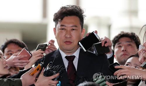 취재진 질문 답하는 박근혜 국선변호사