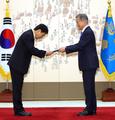 Moon renueva el nombramiento del jefe del BOK