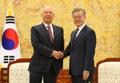 Moon y el presidente del Foro Económico Mundial