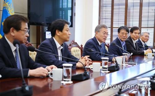 Le président Moon Jae-in dirige la cinquième réunion du comité préparatoire en vue du sommet intercoréen le mercredi 11 avril 2018 à Cheong Wa Dae.