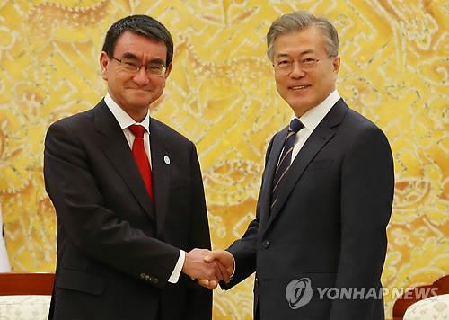 握手を交わす文大統領と河野外相=11日、ソウル(聯合ニュース)