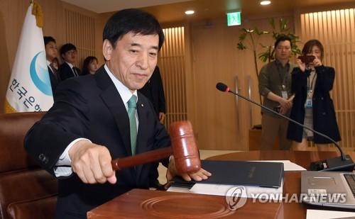 金融通貨委員会を主宰する李柱烈総裁=12日、ソウル(聯合ニュース)