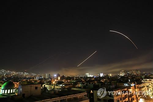 시리아 다마스쿠스 하늘 날아가는 미사일들