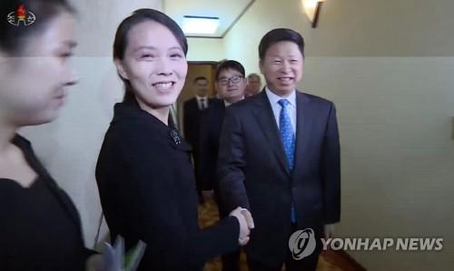 据朝鲜中央电视台4月14日报道,金与正访问中国艺术团下榻的酒店。图为金与正与宋涛亲切握手。图片仅限韩国国内使用,严禁转载复制。(韩联社/朝鲜中央电视台)