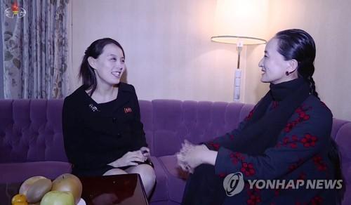 중국 중앙발레단 단장과 환담하는 김여정