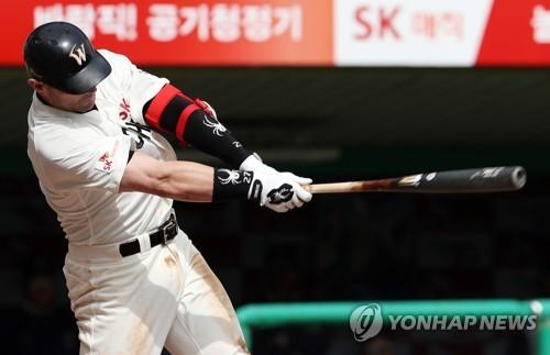 SK 로맥, 시즌 31호포…비거리 140m로 문학 최장거리 홈런(종합)