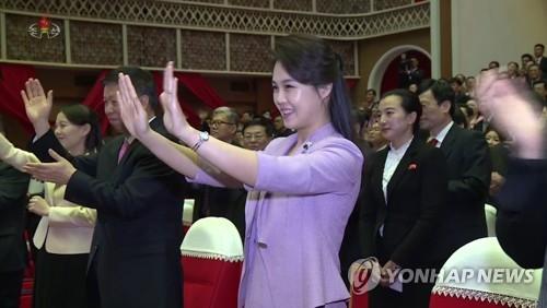 朝鲜中央电视台4月15日公开李雪主观看中国艺术团演出的视频。图片仅限韩国国内使用,严禁转载复制。(韩联社/朝鲜中央电视台)