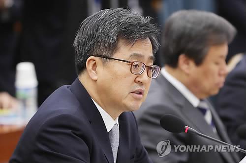 経済関係閣僚会議で発言する金副首相=16日、ソウル(聯合ニュース)