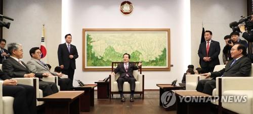 정세균 국회의장, '김성태 원내대표 자리를 가리키며'