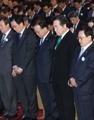 韩总理为沉船遇难者默哀