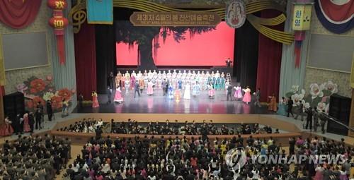 평양에서 공연하는 중국예술단