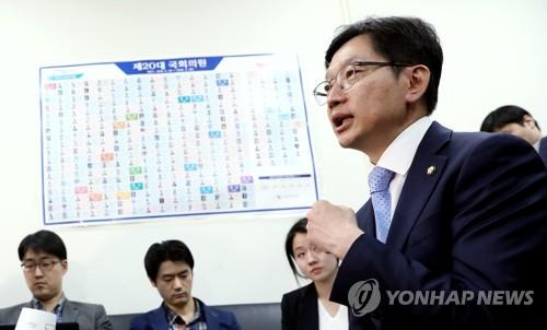 질문에 답하는 김경수 의원