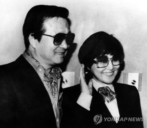 북한 탈출 후 워싱턴 기자회견하는 최은희 신상옥 부부