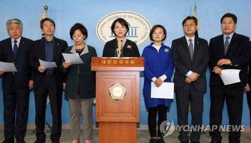 기자회견 하는 '더좋은미래'의원들