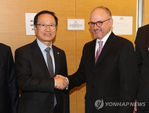 악수하는 홍영표 위원장과 베리 앵글 제너럴모터스 해외사업부문 사장