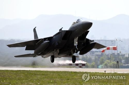 활주로 이륙하는 F-15K