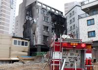 (오산=연합뉴스) 최해민 강영훈 기자 = 경기 오산의 한 6층짜리 원룸 건물에서 불이 나 주민 17명이 연기를 마셔 병원으로 옮겨졌다.<br/>    건물 옆 쓰레기 더미에서 난 불이 건물로 옮겨붙은 것으로 추정된다.