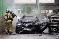 오산 원룸 화재…차량 잔불 정리