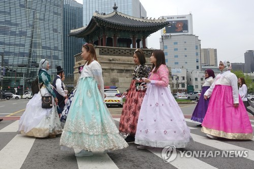 외국인 한복 맵시 뽐내기 [연합뉴스 자료사진]