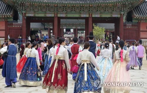 한복 입고 경복궁 나들이 [연합뉴스 자료 사진]