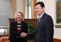 韩美外交高官握手