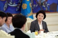 임무중 순직한 공군조종사 가족 위로하는 김정숙 여사