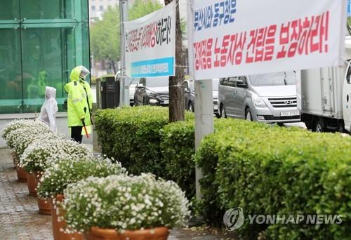 釜山の日本領事館前に置かれた大型の植木鉢。市民団体は、東区庁が徴用工像の設置を妨害する目的で鉢を置いたと反発している=23日、釜山(聯合ニュース)