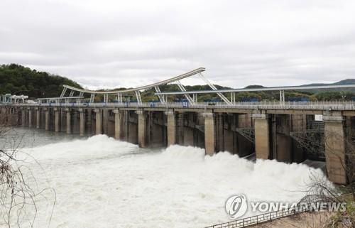 방류량 늘리는 팔당댐 [연합뉴스 자료 사진]