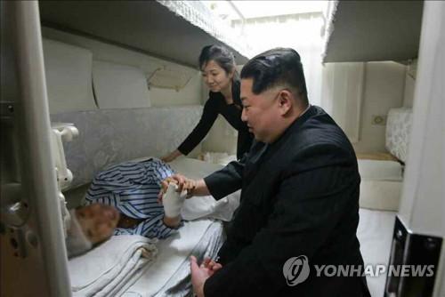 김정은, 중국인 관광객 시신 후송 전용열차 전송
