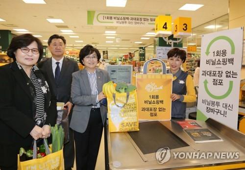 レジ袋の代わりにマイバッグの使用を呼び掛けるソウル市内の大型スーパー(環境部提供)=(聯合ニュース)
