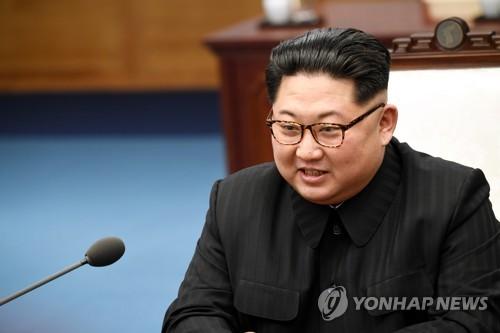 首脳会談で笑みを浮かべながら発言する金委員長=27日、坡州(聯合ニュース)