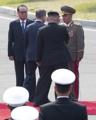 朝军首长向文在寅敬礼致意