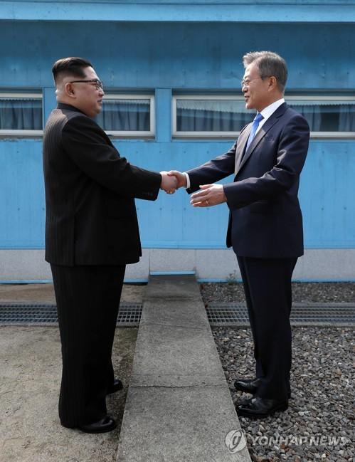 軍事境界線はさんで握手