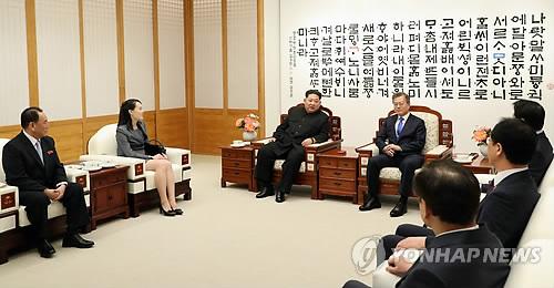 韩朝首脑谈笑风生