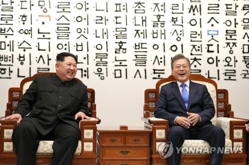 韩朝首脑笑容灿烂
