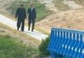 韩朝首脑散步交谈