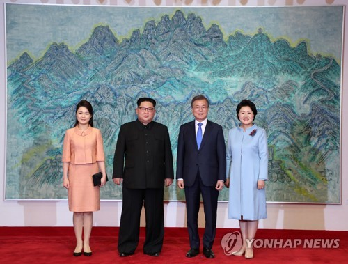 記念撮影を行う文大統領夫妻(右側)と金委員長夫妻=27日、板門店(聯合ニュース)
