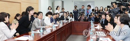 서지현 검사, '여성의원들의 박수 받으며'