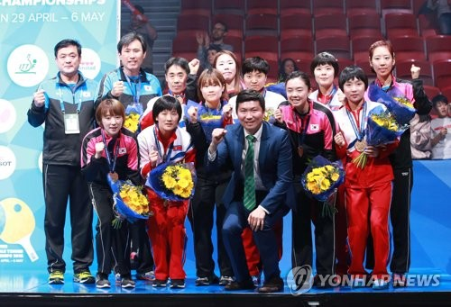 资料图片:5月6日,在瑞典哈尔姆斯塔德,韩朝女乒联队队员在2018年世界乒乓球团体锦标赛特别颁奖仪式上合影留念。(韩联社)