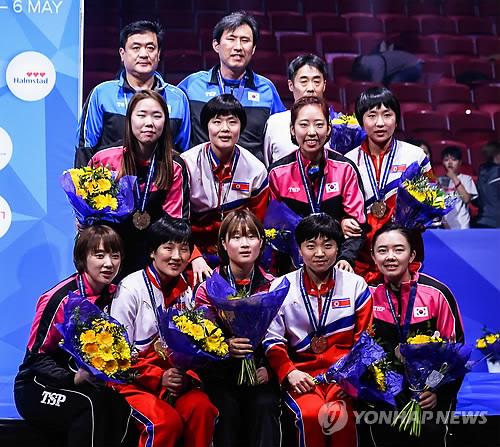 동메달 목에 건 9명의 남북단일팀 여자탁구 선수들