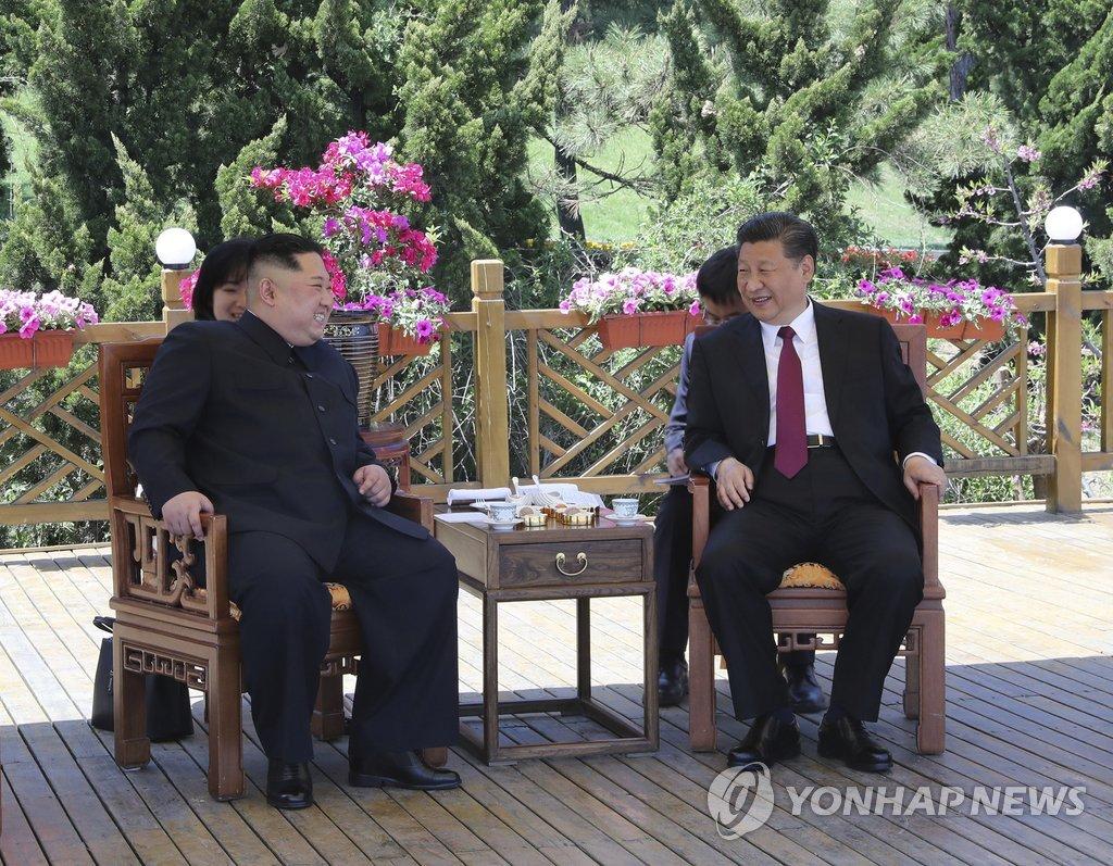 다롄서 회동하는 김정은과 시진핑
