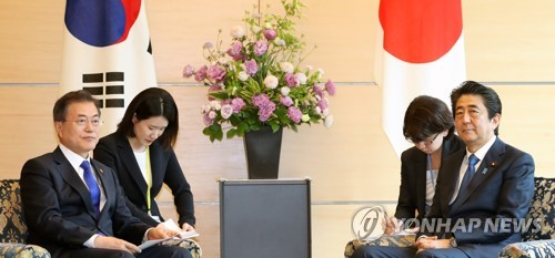 5月に首脳会談を行った際の文大統領(左)と安倍首相(資料写真)=(聯合ニュース)